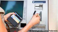 Kundin am Geldautomat