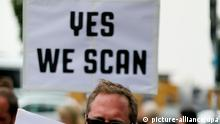ARCHIV - Mit Plakaten demonstrieren Teilnehmer am 18.06.2013 am Checkpoint Charlie in Berlin gegen das US-amerikanische Internetüberwachungsprogram der NSA Prism. Eine Zeitungsüberschrift in englischer Sprache - «Yes, we scan!» - ist nach Ansicht des Vereins Deutsche Sprache die Schlagzeile des Jahres 2013. Der Dortmunder Verein setzte die «Bild»-Schlagzeile zu einem Bericht über die Ausspähaffäre des US-Geheimdienstes NSA auf Platz 1 unter 30 Konkurrenten. Foto: Kay Nietfeld/dpa (zu dpa Verein wählt «Yes, we scan!» zur «Schlagzeile des Jahres» vom 27.11.2013) +++(c) dpa - Bildfunk+++