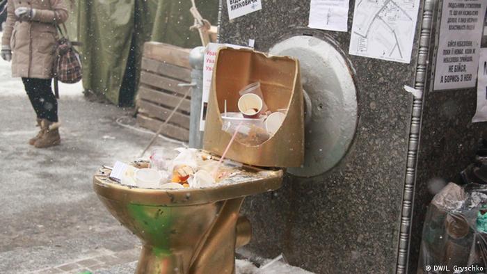 Золотой унитаз в центре Киева как напоминание о незаконном обогащении экс-президента Виктора Януковича