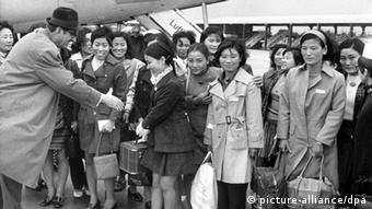 20 trained South Korean nurses arrived as migrant workers in Munich, Germany, in the year 1970 and were greeted at the airport. (Photo: dpa)