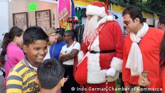 Djedovi Božićnjaci s indijskom djecom