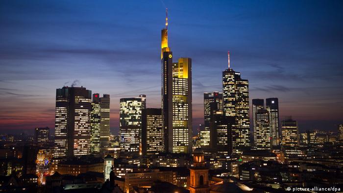 Die imposante Skyline von Frankfurt am Main bei Nacht mit dem Bankenviertel, wo auch die Europäische Zentralbank ihren Sitz hat.