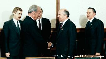 Willy Brandt meets Mikhail Gorbachev in Moscow (Foto: Musaelyn/AFP/Getty Images)