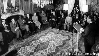 Willy Brandt talks to the North-South Commission in Gymnich near Bonn (Foto: picture alliance/dpa)