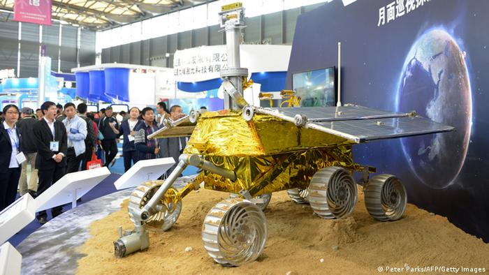 A modell of Jade Rabbit on a Chinese fair.  Foto: Reuters
