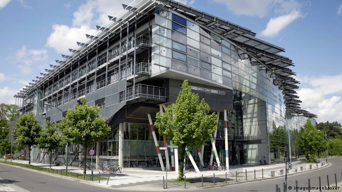 Главный вход Института кинематографии и телевидения имени Конрада Вольфа