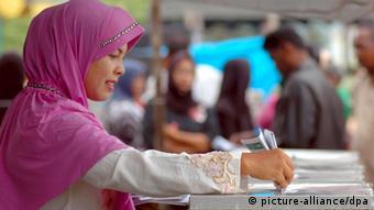 Eine Frau wählt in Indonesien (Foto: dpa)