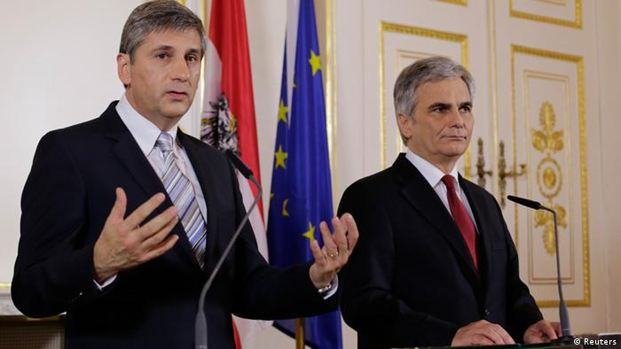 Werner Faymann and Michael Spindlegger at a press conference, 12.12.2013. (Photo via REUTERS/Leonhard Foeger)