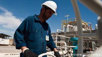 Ein Arbeiter in einem Ölfeld in Kirkuk (Foto: Christophe Petit Tesson/MAXPPP)