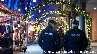 Полицейский патруль на Рождественском базаре