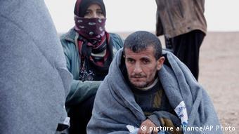 Syrische Flüchtlinge in Jordanien werden mit Decken versorgt (Foto: AP)