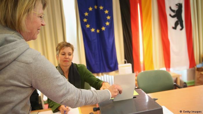 Eine Frau gibt im Berliner Rathaus ihre Stimme zur Europawahl 2009 ab. (Foto: Getty Images)
