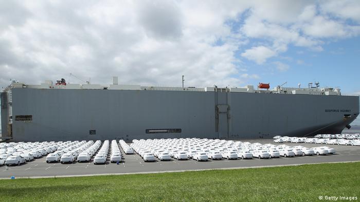 Der Auto-Export in Deutschland boomt. Am Hafen in Emden stehen hunderte Neuwagen bereit, um auf den im Hafen liegenden Frachter verladen zu werden. (Foto: Getty Images)
