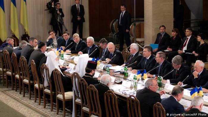 Круглий стіл за участі представників опозиції та влади в палаці Україна в Києві