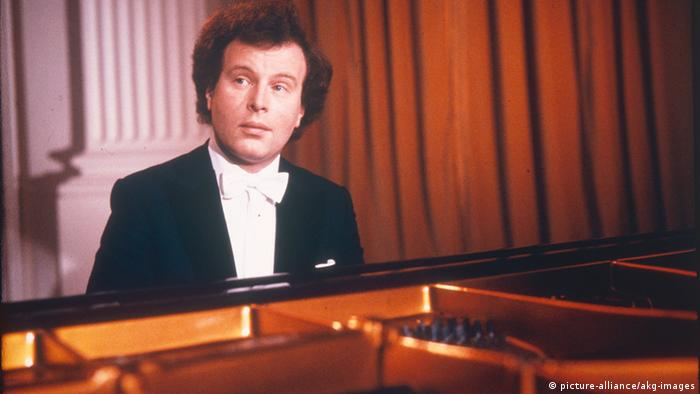 András Schiff at the piano in 1990 (c) picture-alliance/akg-images