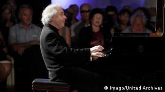 András Schiff at a piano in concert (imago/United Archives)