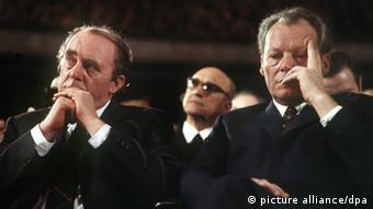 هاینریش بل در کنار ویلی برانت (راست)، صدراعظم آلمان در دهه هفتاد میلادی