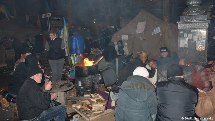 Protesters gathering around open fires. (Photo: R. Goncharenko/ DW)