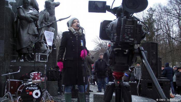 Ірена Карпа під час виступу на харківському Майдані 14 грудня