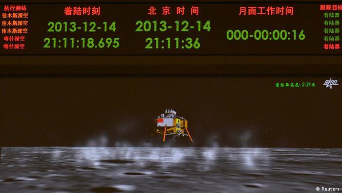 China gelingt seine erste Mondlandung - Animation auf Bildschirm im Kontrollzentrum (Foto: Reuters)