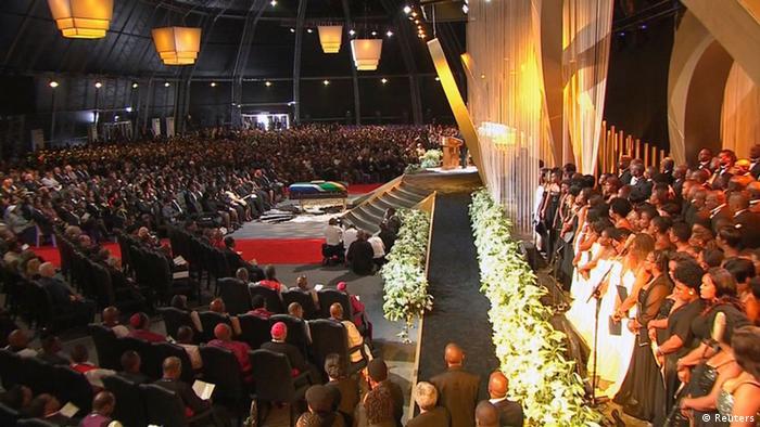 Cerimônia realizada na grande tenda erguida em Qunu para a última homenagem a Mandela