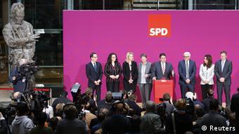 Der SPD-Vorsitzende Sigmar Gabriel präsentiert SPD-Minister der neuen Bundesregierung im Willy-Brandt-Haus.