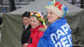 Three women with floral wreaths around their heads (Photo: Grischko)
