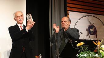 دکتر لاهیجی لوح یادبودی به مناسبت ۵۰ سال تلاشش برای حقوق بشر دریافت کرد