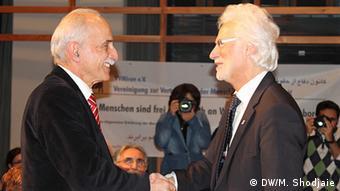 دکتر لاهیجی در حال تشکر از برند اشتراوخ، شهردار هانوفر