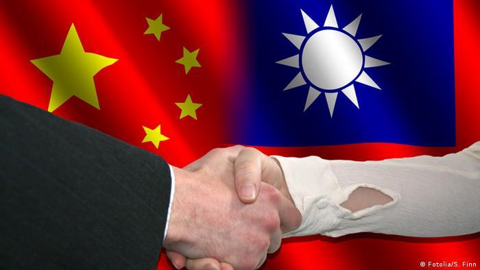 Symbolbild Flagge China und Taiwan Freundschaft Händeschütteln