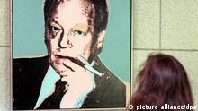 Das von Andy Warhol 1976 geschaffene Porträt von Ex-Bundeskanzler Willy Brandt betrachtet eine Besucherin am 29.10.1999 im Haus der Geschichte in Bonn. Das Bild des SPD-Politikers wird künftig im Arbeitszimmer von Außenminister Fischer (Grüne) hängen. Wie die Stiftung des Hauses der Geschichte am 29.10. mitteilte, hatte Fischer das Porträt seines Amtsvorgängers (1966- 1969) als Leihgabe erbeten.
