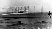 Bildnummer: 59959401 Datum: 29.11.1999 Copyright: imago/United Archives International 1903 Wright brothers first flight of the Flyer at Kitty Hawk N Carolina Orville lies on the lower wing and Wilbur runs alongside 17th December 1903 kbdig 1999 quer Wright brothers plane transport PUBLICATIONxINxGERxSUIxAUTxONLY 59959401 Date 29 11 1999 Copyright Imago United Archives International 1903 Wright Brothers First Flight of The Flyer AT Kitty HAWK n Carolina Orville Lies ON The Lower Wing and Wilbur runs alongside 17th December 1903 Kbdig 1999 horizontal Wright Brothers Plane Transportation PUBLICATIONxINxGERxSUIxAUTxONLY