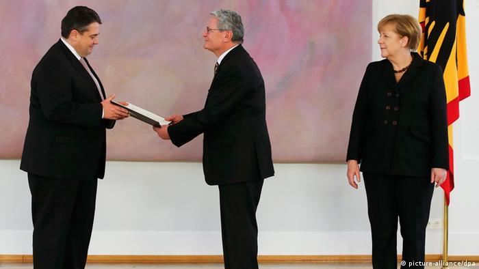 Bei der Vereidigung von Sigmar Gabriel zum Vize-Kanzler: Joachim Gauck und Angela Merkel
