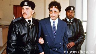 المقرحي المدان الوحيد في قضية لوكربي يتوسط عنصرين من الشرطة