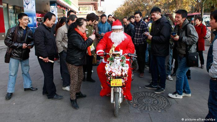 Bildergalerie Weihnachtsmann rund um die Welt (picture-alliance/dpa)