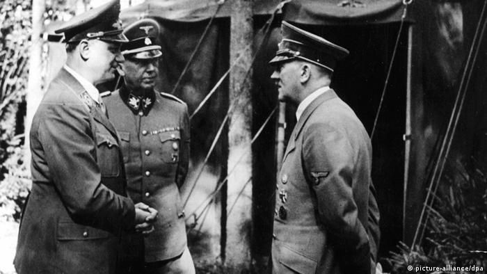 Альфред Розенберг (слева) с фюрером в ставке