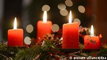 Vier rote Kerzen brennen am 23.12.2012 auf einem Adventskranz in Berlin . Foto: Jens Kalaene/dpa
