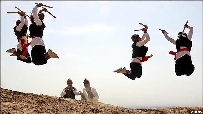گفته میشود که ورشرنگ رقصی است که در زمان حمله مغولها ، که هرگونه تحرک نظامی ایرانیان ممنوع بودند مورد توجه قرار گرفت. سبزواریها در پوشش این رقص در واقع مهارتهای نظامی را تمرین میکردند. رقص ورشرنگ فلسفه دیگری نیز دارد و از آن به عنوان آیین شکرگذاری پس از برداشت محصول کشاورزان یاد میشود.