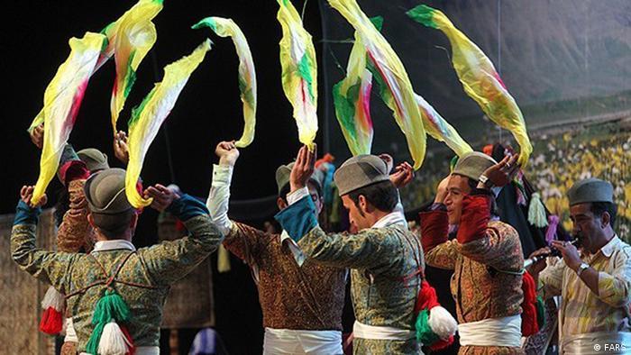 زنان مردان با لباسهای محلی در یک دایره بزرگ این رقص را اجرا میکنند. رقصندهها معمولا دستمالهای رنگی در دست دارد و همراه با حرکت پاها و نوای نی و نقاره دستان خود را بالا و پایین میبرند.