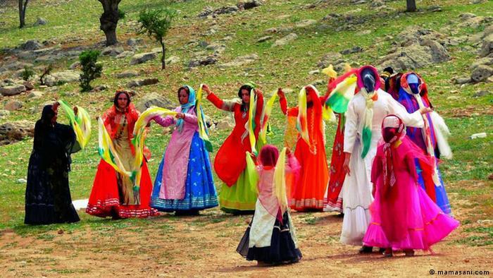 رقص با موسقی سنتی که تشمال گفته میشود همراه است. تشمال از کرنا (سرنا) و دهل (طبل) تشکیل شده است. نوع کوچک این ساز که به آن ساز چپ میگویند را در مراسم عزاداری مینوازند.