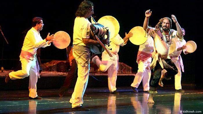 نوعی دیگر از رقص که در جنوب ایران رواج دارد، رقص بندری است. این رقص با حرکات سریع سینه و دستها همراه است و ریتمی تند دارد که گاهی با دست زدنهای ریتمیک نیز همراه میشود. در شهرهای مختلف جنوب ایران نحوه اجرای آن اندکی متفاوت است.