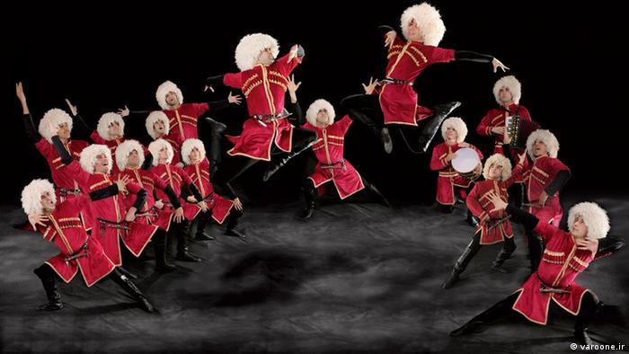 رقصهای آذربایجانی از سری رقصهای فولکلوریک هستند که از نسلی به نسل بعدی منتقل و در این پروسه توسعه و شکل گرفتهاند. در حال حاضر از این رقصها در مجالس عروسی در ایران و جمهوری آذربایجان استفاده میشود. دهها نوع رقص آذری وجود دارد که از ان جمله میتوان به جنگی، انزلی، آسما کسمه، ساری گلین، مارال، آغ چیچک، دیلیجان، عاشقآبادی، ناز ایلمه، چوپان رقصی و آغ چیچک اشاره کرد.