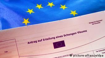 Анкета на получение шенгенской визы на фоне флага ЕС