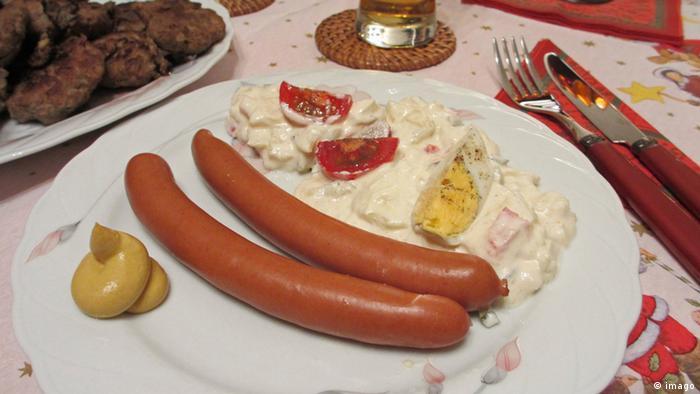 Салат и колбаски