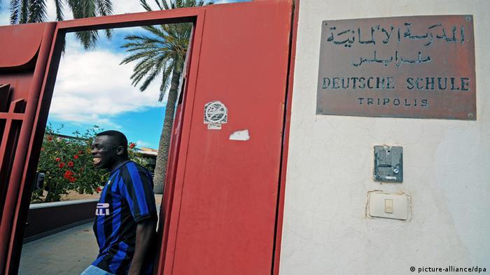 Ein Afrikaner im Eingangstor der deutschen Schule in Tripolis