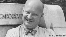 Paul Hindemith (* 16. November 1895 in Hanau; † 28. Dezember 1963 in Frankfurt am Main) war ein deutscher Komponist der Moderne (Neue Musik) und Bratschist Paul Hindemith 1945 während seines Lehraufenthaltes in den USA. Source Foto vom Hindemith-Institut als Rechteinhaber zur Verfügung gestellt per Mail auf Nachfrage. Hochgeladen nach de.wikipedia von de:Benutzer:Axel Hindemith