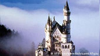 Schloss Neuschwanstein im Allgäu von oben gesehen (Foto: AP)