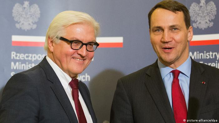 Bundesaußenminister Frank-Walter Steinmeier (SPD, l) steht in Warschau in Polen neben seinem Amtskollegen Radoslaw Sikorski. (Foto: Michael Kappeler/dpa)