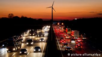 Symbolic picture of autobahn at night, one lane of cars with headlights the other lane with red tail lights Photo: Julian Stratenschulte/dpa