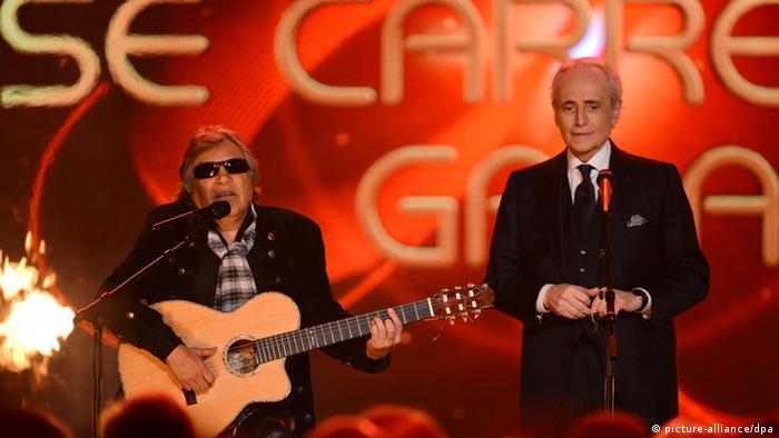 José Carreras mit seinem Freund José Feliciano bei seiner Benefiz-Gala in Rust 2013 (Foto: picture-alliance/dpa)